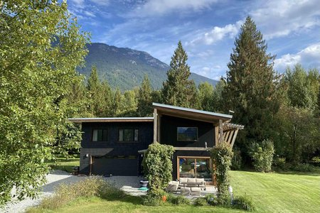 R2562507 - 390 DILL ROAD, Pemberton Meadows, Pemberton, BC - House with Acreage
